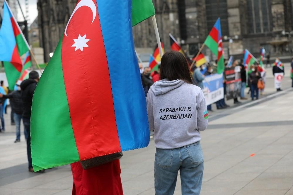 2020/10/almanyada-ermenistan-saldirilari-protesto-edildi-20201016AW14-3.jpg