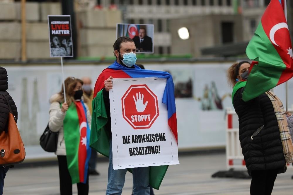 2020/10/almanyada-ermenistan-saldirilari-protesto-edildi-20201016AW14-5.jpg