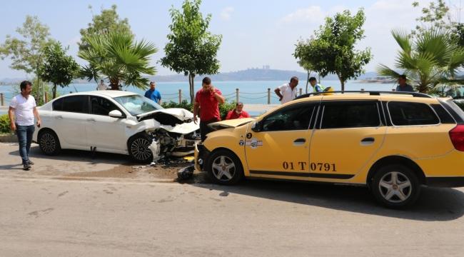 Taksiyle otomobil kafa kafaya çarpıştı: 3 yaralı