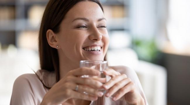 Bir bardak kuralı su içme alışkanlığı kazandırıyor